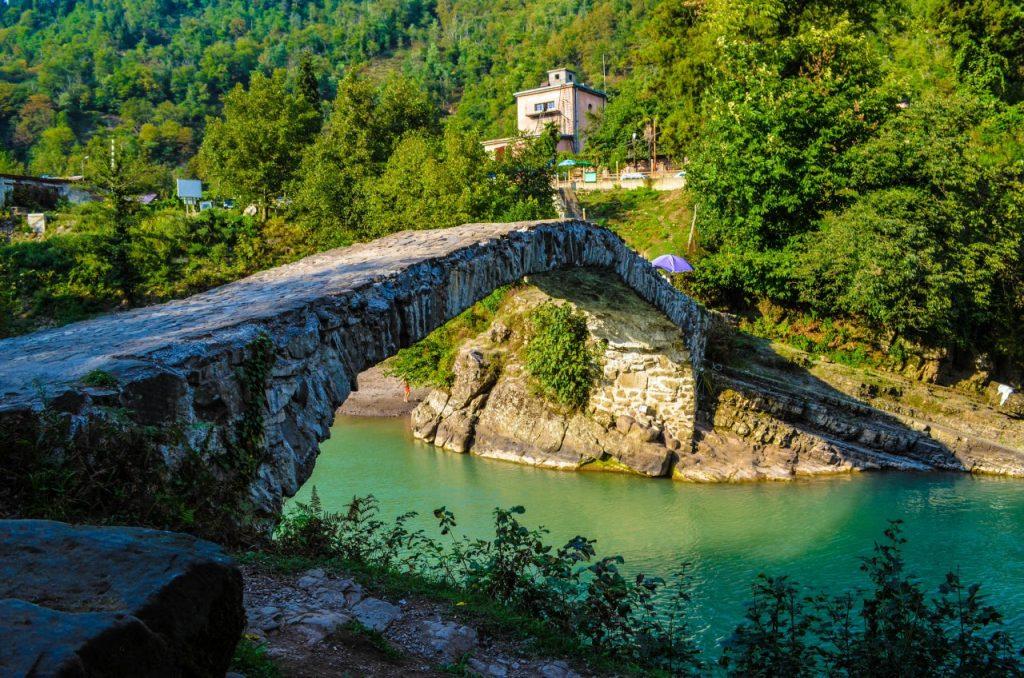 арочный мост грузия